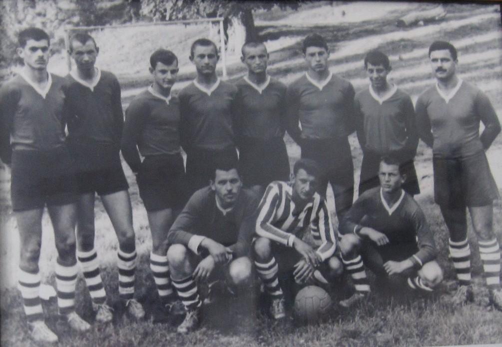 Милисав Оташевић (први са десне стране), Петар Пеперко (стоји до њега), Бора Колачарић( чучи први са лева)