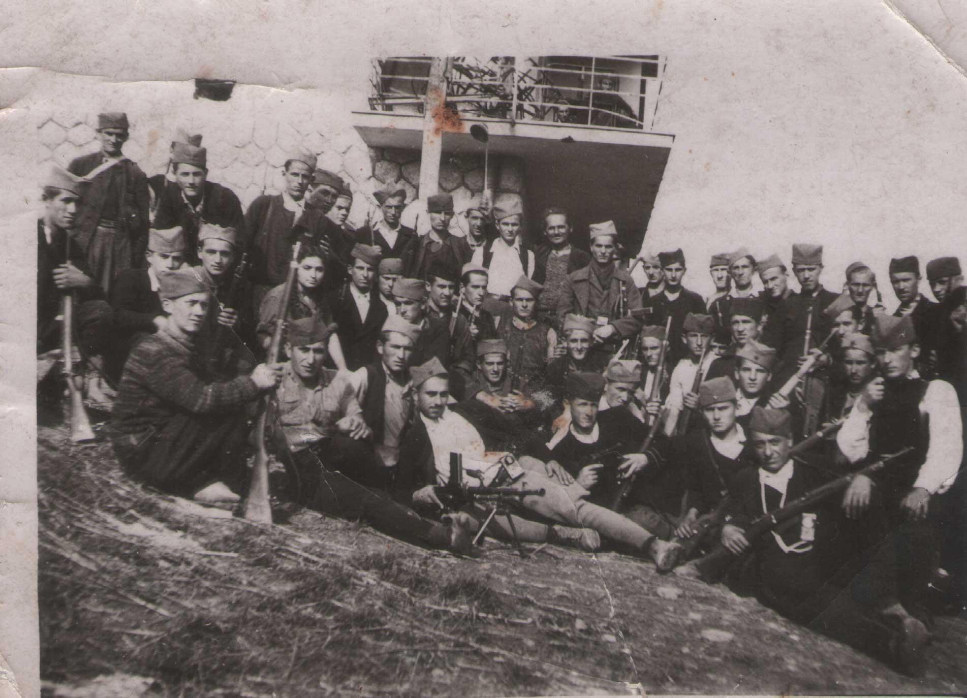 Партизанска јединица 1944. године испред Дома