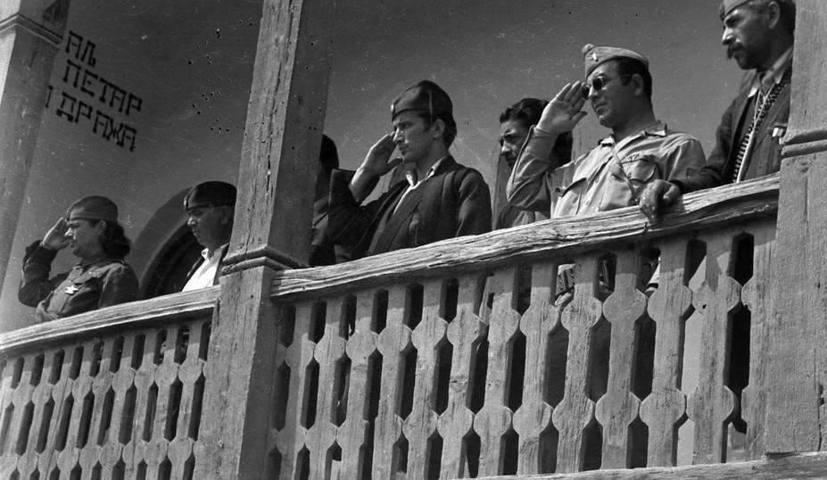 Са терасе белановачке школе штаб посматра смотру четника ослободиоца Белановице