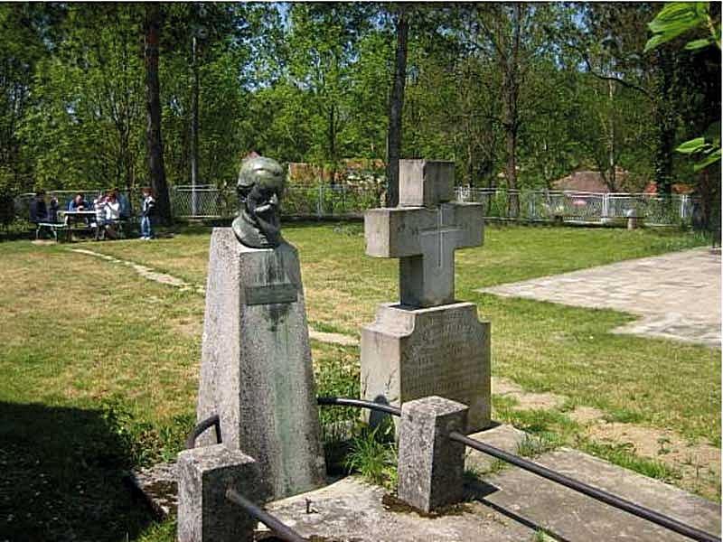 Гробови Павла и Димитрија Ђукнића, свештеника белановачке цркве