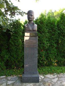 Споменик Ломи испред школе у Драгољу