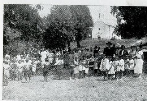 Београдска деца на црквеном плацу